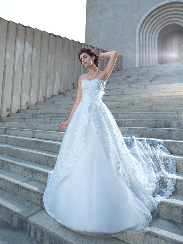 Ball Gown Sweetheart Chapel Train Ivory Wedding Dresses with Lace